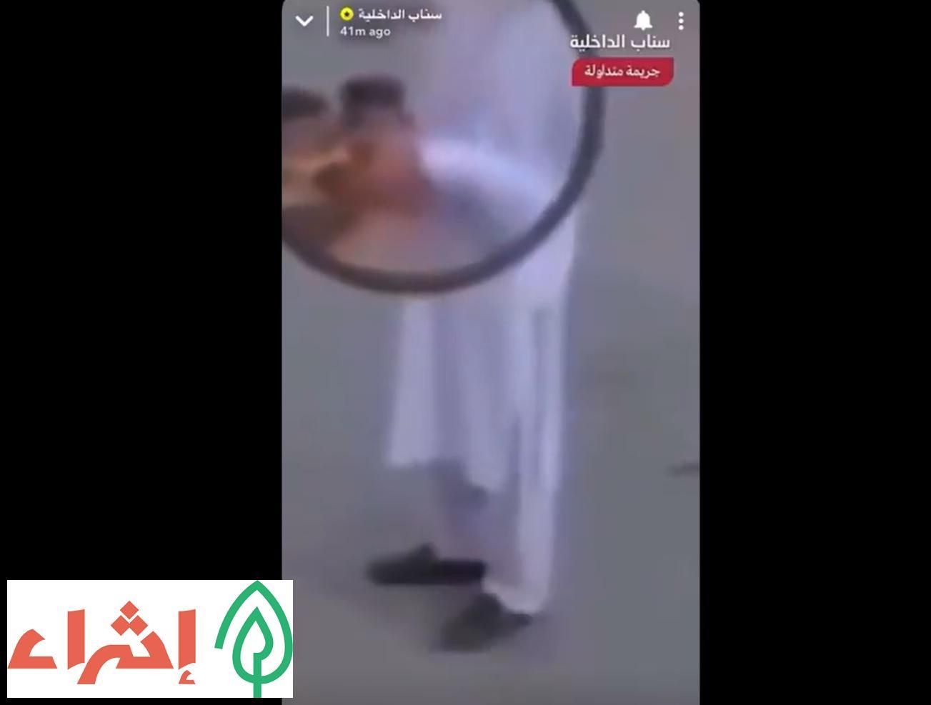 لن تصدق .. هذا ما يفعله عامل توصيل في السعودية بوجبات الأكل قبل توصيلها .. مشاهد صادمة !